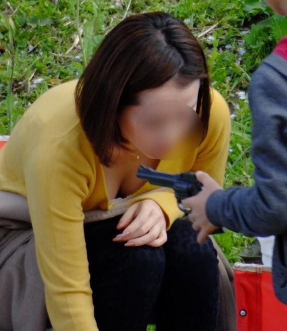 【胸チラエロ画像】公園じゃ子連れママさんの胸チラが見放題…前屈みになってまる見えな谷間がやべーwww その11