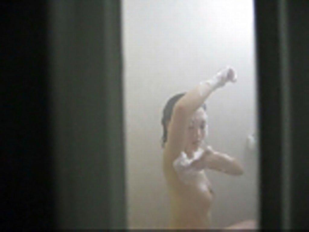【お風呂盗撮エロ画像】他人の家の庭に忍び込んでお風呂の窓から覗いた様子…臨場感がガチなお風呂盗撮画像 その7