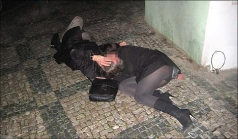 【泥酔エロ画像】もうチンポ挿れ放題!?すでにレイプされたあとかも…飲みすぎて行き倒れた泥酔女www その9