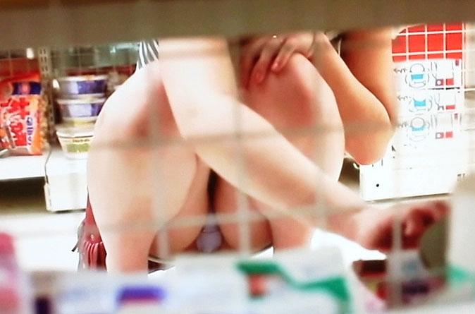 【パンチラエロ画像】棚の向こう側は天国!?本屋やレンタルビデオ店で撮られた棚下パンチラ…もっこりマン肉がエッロッッッ!! その10