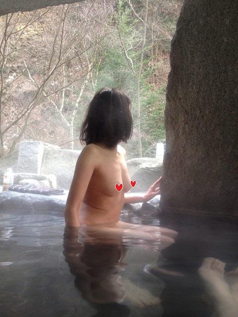 【露天風呂エロ画像】不倫旅行といえば温泉!露天風呂で記念撮影する人妻さん達のリアルな裸体が素晴らしいwww その9