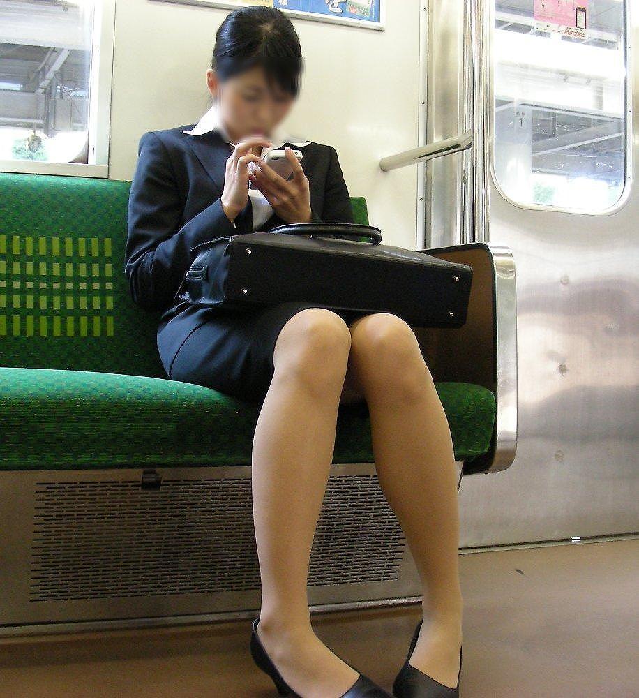 【電車内盗撮エロ画像】この季節、初々しさ目立つリクルートスーツ!タイトスカートの足元がそそる電車内盗撮画像 その6