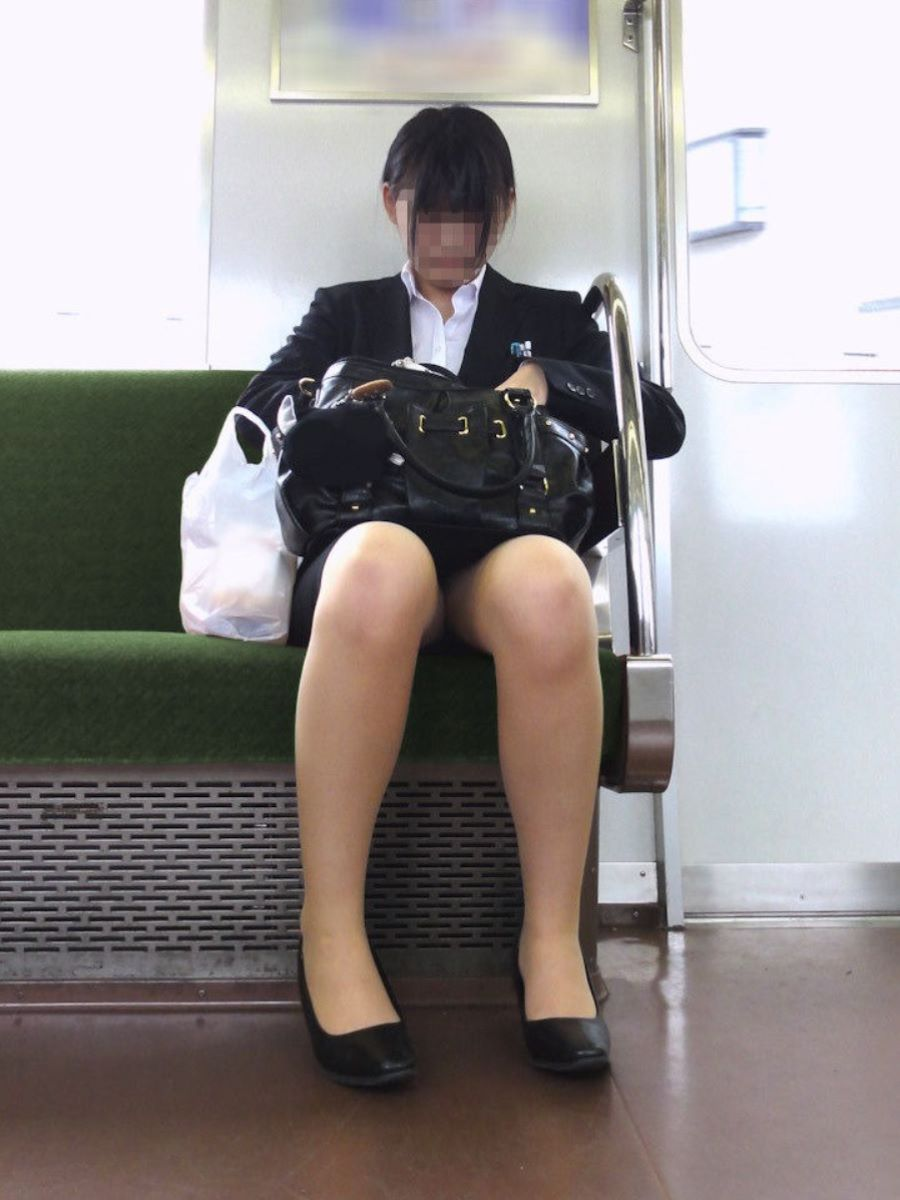 【電車内盗撮エロ画像】この季節、初々しさ目立つリクルートスーツ!タイトスカートの足元がそそる電車内盗撮画像 その9