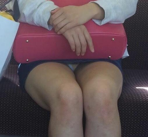 【電車内パンチラ盗撮】逆三角形のパンツがくっきり!対面の座席に座るおねーさんのパンチラが眩しい電車内盗撮画像 その9