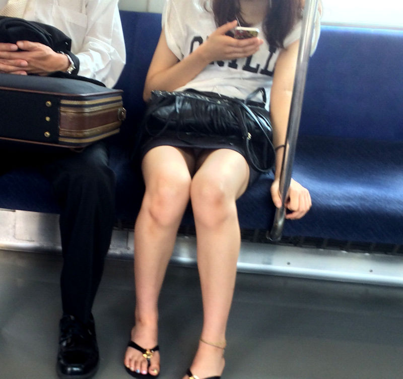 【電車内パンチラ盗撮】逆三角形のパンツがくっきり!対面の座席に座るおねーさんのパンチラが眩しい電車内盗撮画像 その10