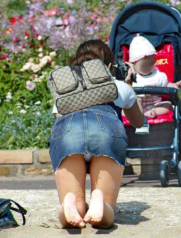 【パンチラエロ画像】短すぎるスカートで無自覚パンチラ…こういう女の子って現実にいるから笑えるwww その2
