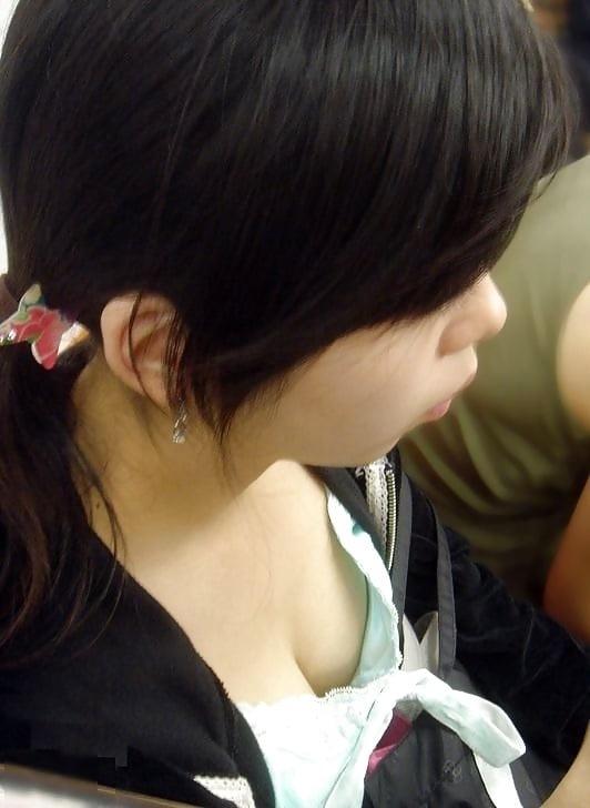 【胸チラエロ画像】混み合った電車内だと至近距離で覗けちゃう女の子のおっぱい!むっちり色気のある胸チラがやべーwww その6