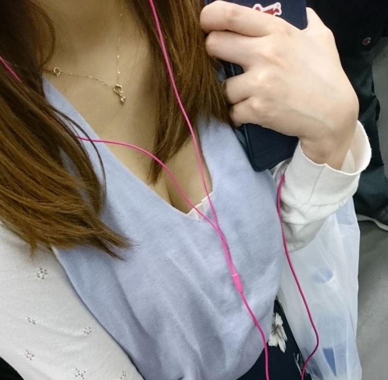 【胸チラエロ画像】混み合った電車内だと至近距離で覗けちゃう女の子のおっぱい!むっちり色気のある胸チラがやべーwww その11