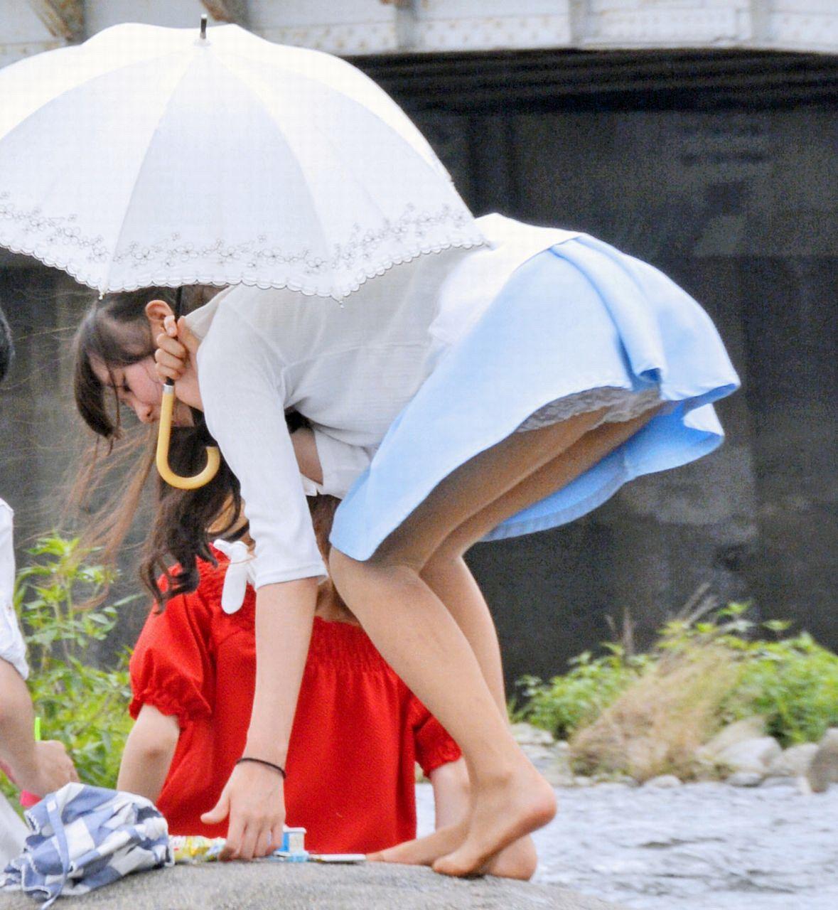 【パンチラ画像】偶然にも見えた!!子連れママさんのリアルなパンチラが尋常じゃなくそそるパンチラハプニング! その1