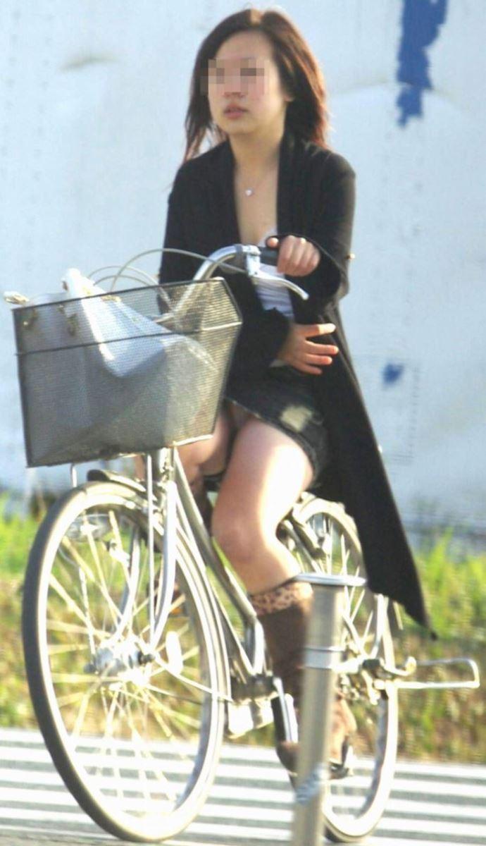 【自転車パンチラ画像】パンチラしてあたりまえ…デニムミニで自転車に乗ってる女の子が痴女だとしか思えないww その1