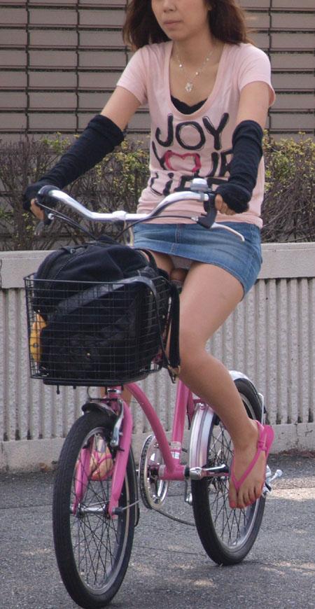 【自転車パンチラ画像】パンチラしてあたりまえ…デニムミニで自転車に乗ってる女の子が痴女だとしか思えないww その4