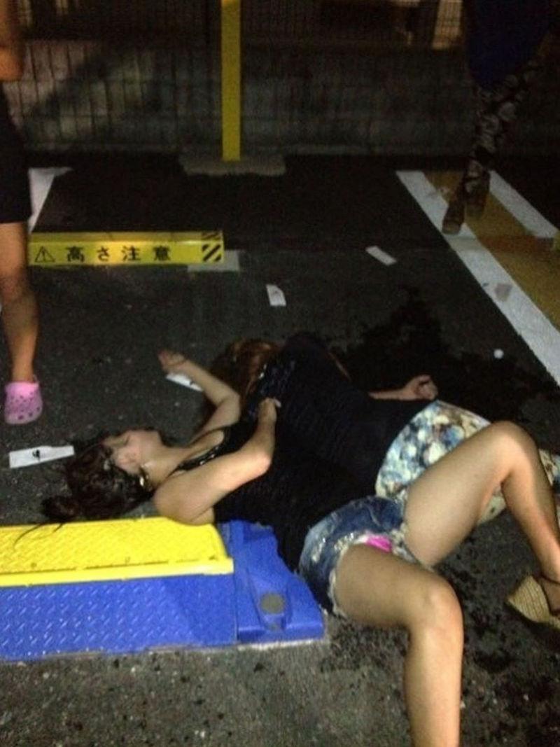 【泥酔エロ画像】こんな状態でもレイプされないなんて…日本で安全だなって思えるパンツまる見え泥酔女www その7