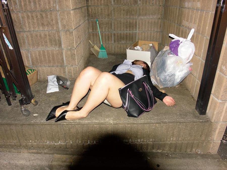 【泥酔エロ画像】こんな状態でもレイプされないなんて…日本で安全だなって思えるパンツまる見え泥酔女www その11