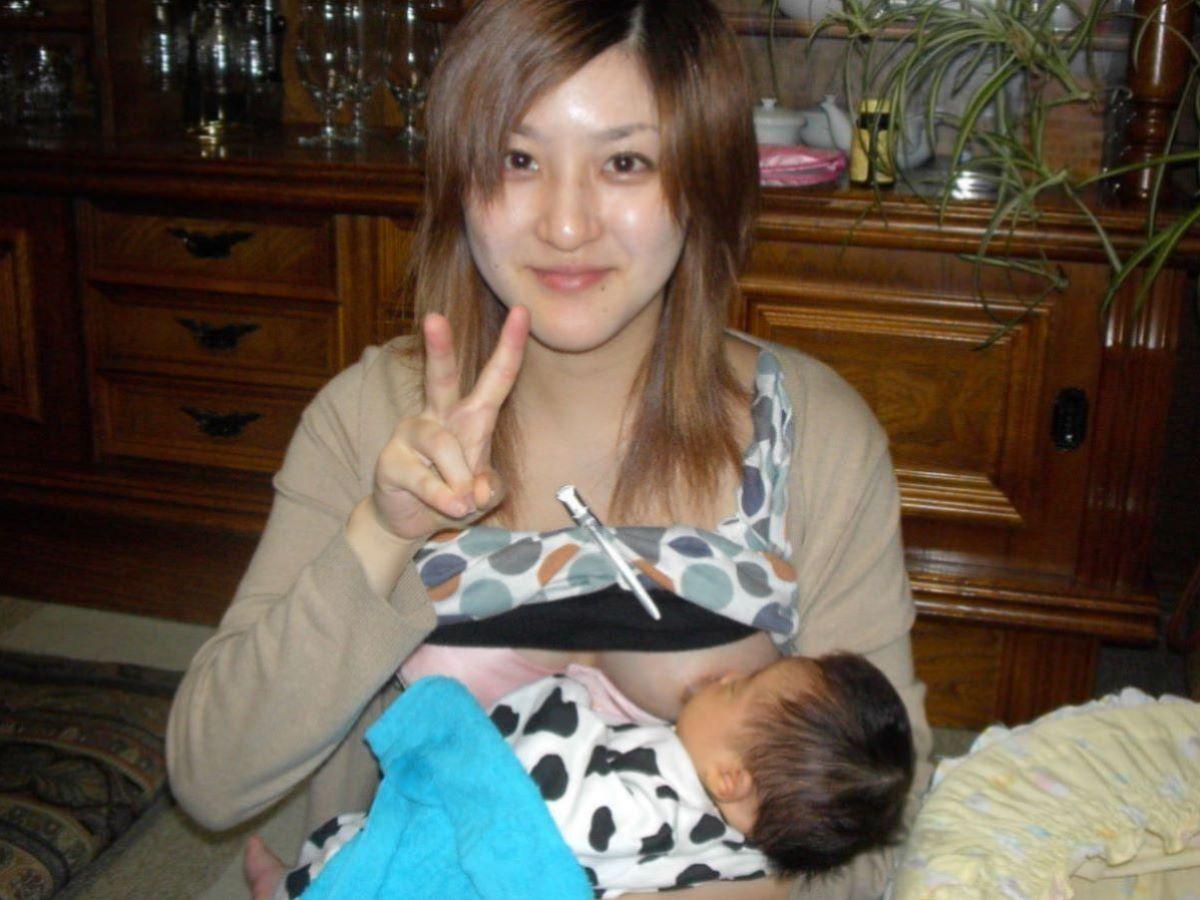 【授乳エロ画像】これがリアルママのおっぱいwww赤ん坊に母乳飲ませてる授乳中奥さんのおっぱい画像 その10