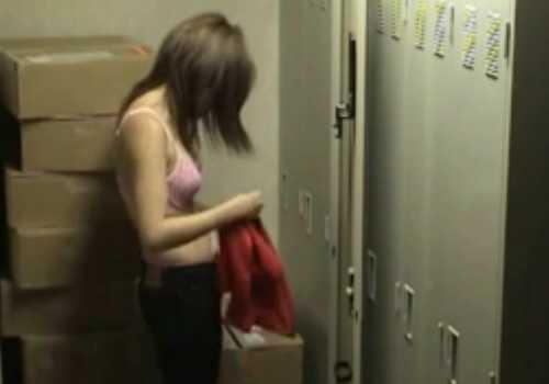 【着替え盗撮エロ画像】生々しい臨場感に興奮がとまらない…盗撮に気づくことなく着替える女の子がくっそエロい更衣室の盗撮画像 その11