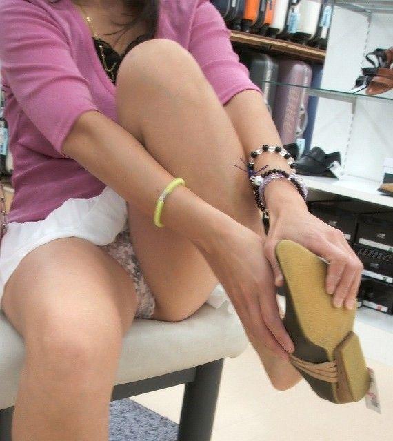 【パンチラエロ画像】靴屋に就職すればパンチラなんて日常茶飯事…毎日のようにインスタで報告される靴や店員からのパンチラリークwww その9