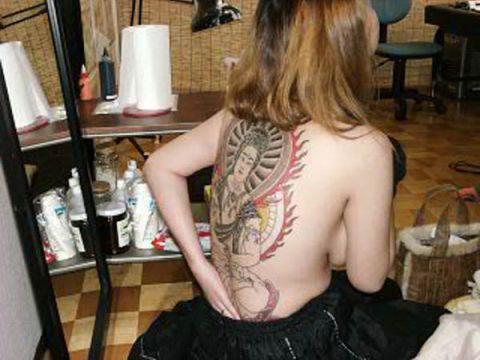 【タトゥーエロ画像】これがハズレデリヘル嬢!?チェンジもできない…脱いだあとに発覚する入れ墨女のエロ画像
