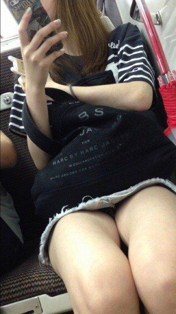 【電車内盗撮エロ画像】ミニスカートなのに無防備すぎ…素人娘の下着がまる見え!電車の対面に座った女の子のパンチラ盗撮画像 その5