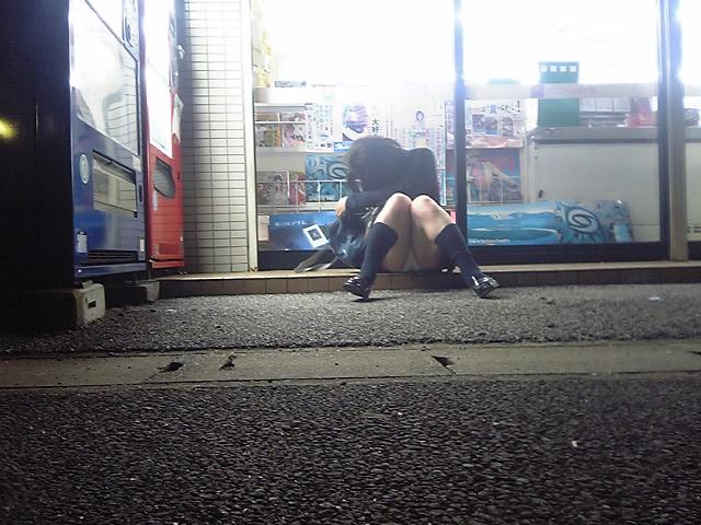 【パンチラエロ画像】女の子の無防備なパンチラがまる見え!!うっかり街中でしゃがみ込んでしまったパンチラ画像 その4