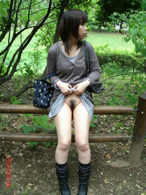 【ノーパンエロ画像】スカートの下はノーパンです…一般人の中に紛れ込む露出狂はすぐそばにいる!?着衣ノーパン娘の露出画像 その3
