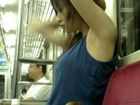 【腋フェチエロ画像】汗ばんだ素人の腋…至近距離で拝める電車内がカオス!ちょー卑猥な腋フェチ盗撮画像