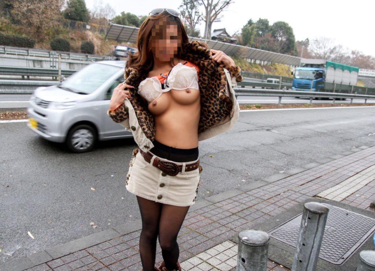 【野外おっぱいエロ画像】彼氏に頼まれたから!?ノリノリでおっぱい露出する変態娘の野外たくし上げおっぱい画像 その6
