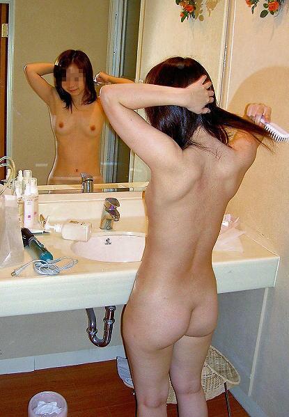 【風呂上がりエロ画像】独特のフェロモンに勃起がとまらない…洗面所で撮られた女の子の背中がちょー色っぽい風呂上がり画像 その10