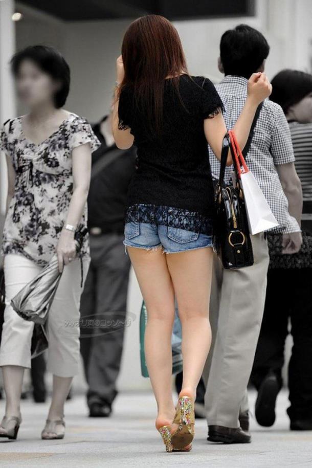 【太ももフェチエロ画像】これが女体のフェロモン!!丸みを帯びた太ももがすげーいやらしい!!ホットパンツ娘の太ももエロ画像 その9
