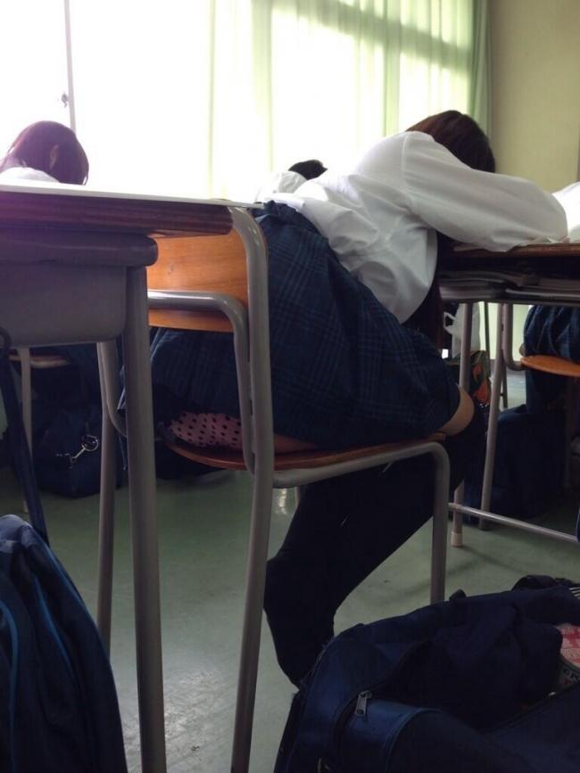 【JKパンチラ画像】誰が撮ってネットに晒したのか!?犯人は間違いなく同級生…教室で撮られた女子高生のパンチラ画像 その9