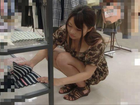【胸チラエロ画像】アパレル系の店員さんは胸元ガバガバ!!お仕事中のおねーさんをこっそり隠し撮りした胸チラ画像