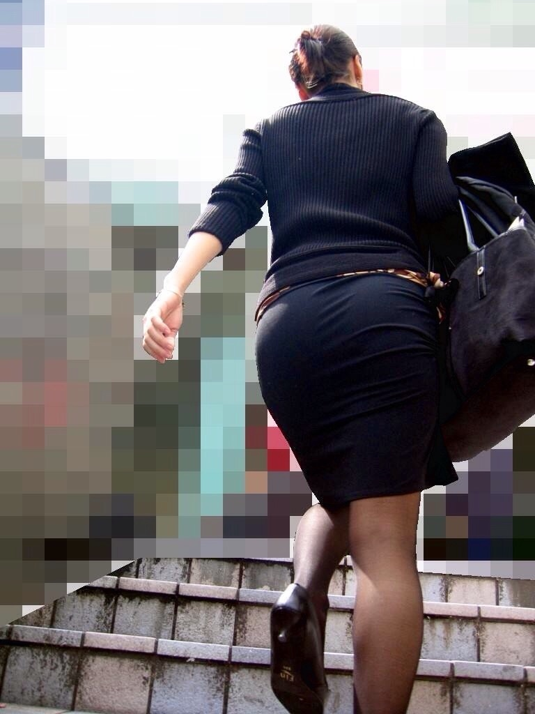 【OLエロ画像】ちょーセクシーなお尻!OLさんの大きなお尻がタイトスカートでパツンパツン…街撮りされた着衣尻画像 その10