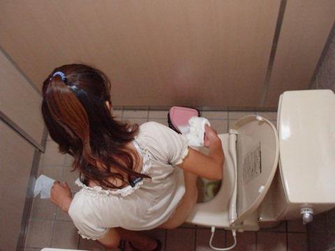 【女子トイレエロ画像】上から覗かれた女子トイレの様子…おしっこしてる姿がまる見え!ガチで犯罪レベルなトイレ盗撮画像 その4