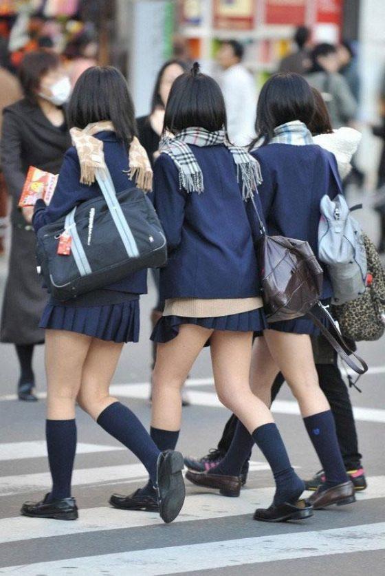 【ミニスカJKエロ画像】寒そうな冬服の制服なのに大胆に露出する太もも…ちょーミニスカ女子高生の街撮り画像 その4
