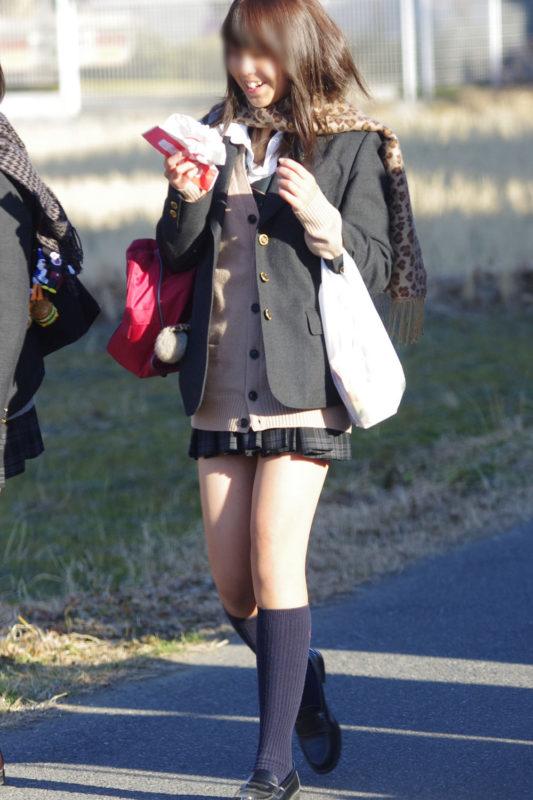 【ミニスカJKエロ画像】寒そうな冬服の制服なのに大胆に露出する太もも…ちょーミニスカ女子高生の街撮り画像 その7