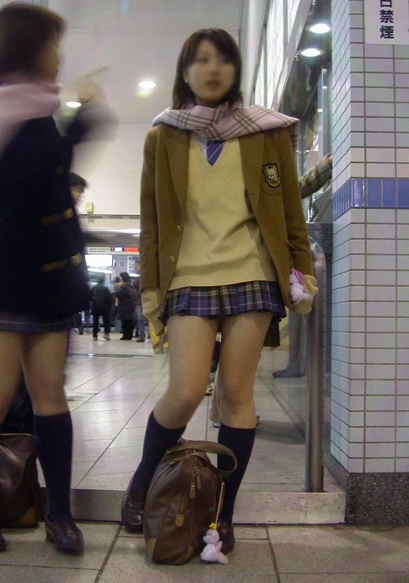 【ミニスカJKエロ画像】寒そうな冬服の制服なのに大胆に露出する太もも…ちょーミニスカ女子高生の街撮り画像 その8