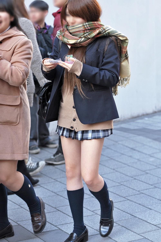 【ミニスカJKエロ画像】寒そうな冬服の制服なのに大胆に露出する太もも…ちょーミニスカ女子高生の街撮り画像 その10