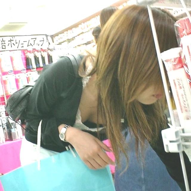 【胸チラエロ画像】スーパーに行けば日常的に拝める人妻さんのおっぱい…買い物に夢中で前屈みになった胸チラ画像 その5