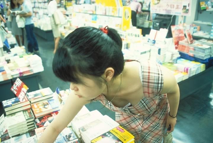 【胸チラエロ画像】スーパーに行けば日常的に拝める人妻さんのおっぱい…買い物に夢中で前屈みになった胸チラ画像 その10