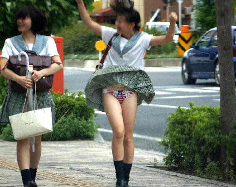 【風パンチラ画像】神様って以外にスケベなんです…街中で起きたラッキースケベ!女の子の風パンチラ画像 その10