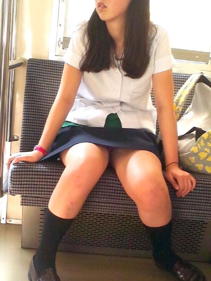 【電車内盗撮エロ画像】電車の中で見かける女子高生の股間が気になって仕方ない…ギリギリで見え隠れするパンチラ画像 その6