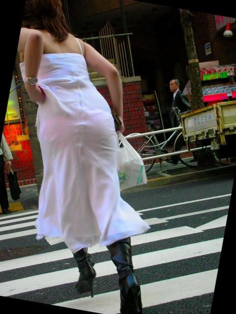 【透けパンエロ画像】女性のプライベートな下着が透け透けやなぁ…こんなに透けてていいのか!?街撮りされた透けパン画像 その10