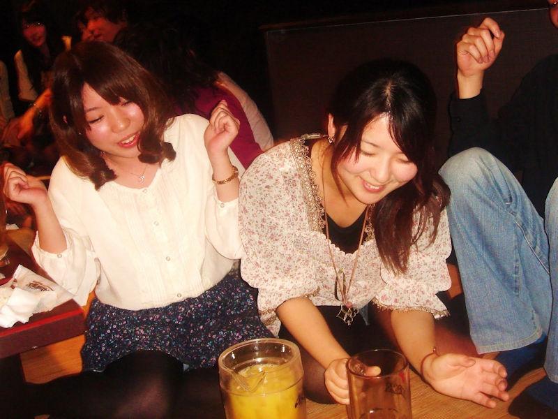 【パンチラエロ画像】女子会やコンパ…酒に酔ったギャルはお股ガバガバ!!パンチラしまくりの飲み会エロ画像 その7