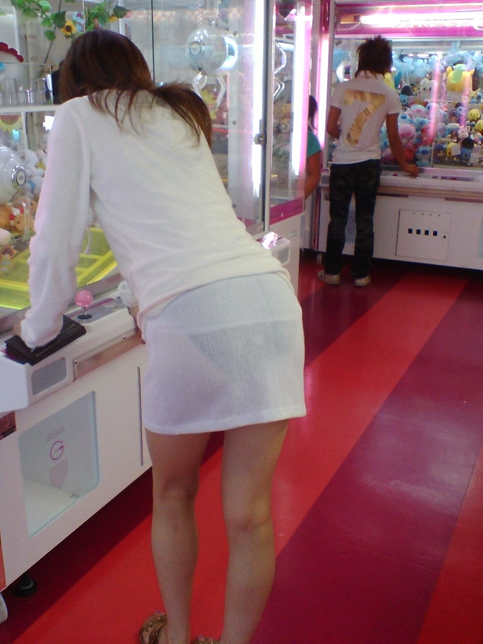 【透けパンエロ画像】これはヤバい!!素人のパンティーが透け透け!!スカート履いてる意味ないほどの透けパン画像 その10
