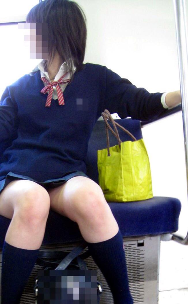 【JK太ももエロ画像】無自覚にエロを振りまく女子高生達…キワドい足元がエロ過ぎて誰もがガン見する電車内の女子高生 その1