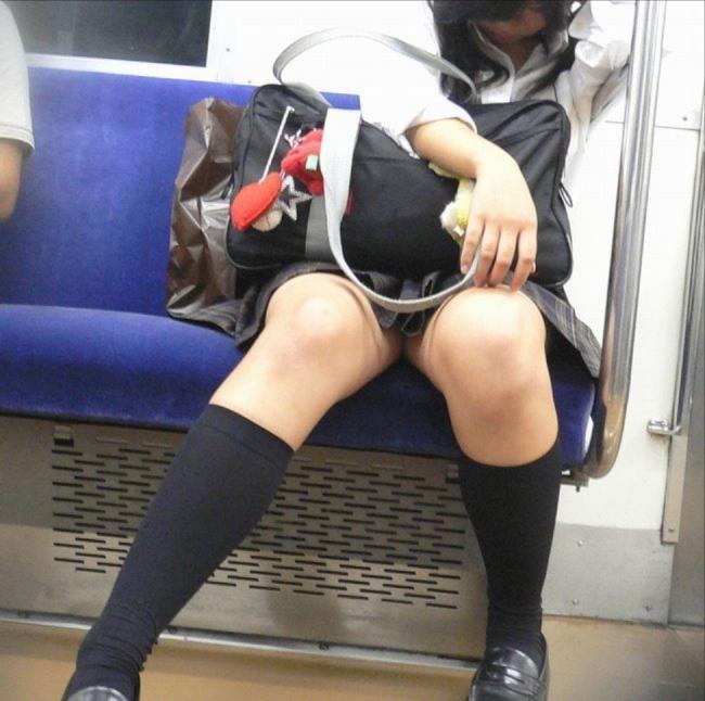 【JK太ももエロ画像】無自覚にエロを振りまく女子高生達…キワドい足元がエロ過ぎて誰もがガン見する電車内の女子高生 その2