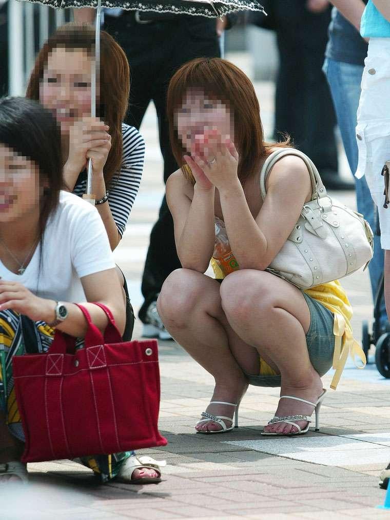 【パンチラエロ画像】スカートでこんな座り方したらパンチラして当たり前…ホントに無自覚!?リアルな素人のパンチラ画像 その4