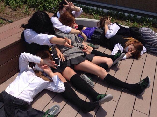 みんなテンションたけーなぁww友達と悪ノリする女子高生たちのちょー楽しそうなおふざけエロ画像 その1