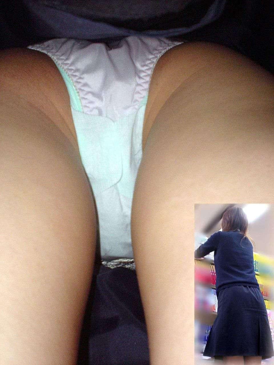生理の日にこんな短いスカートを履いちゃだ~めだ~め!!ナプキンも写ってる逆さ撮り画像 その10