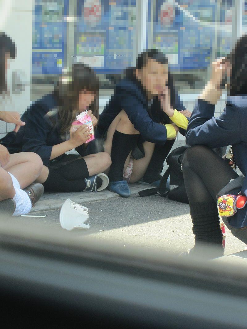 無邪気な女子高生たちのパンチラって可愛いなぁwww街中で盗撮されたしゃがみパンチラ画像 その6