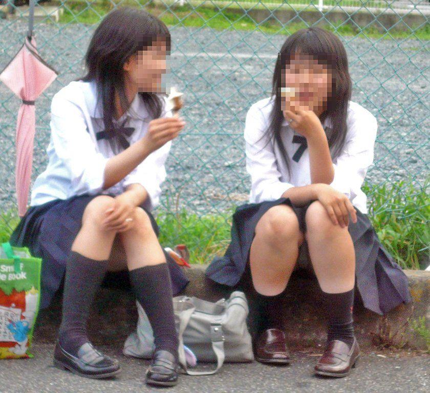 無邪気な女子高生たちのパンチラって可愛いなぁwww街中で盗撮されたしゃがみパンチラ画像 その8